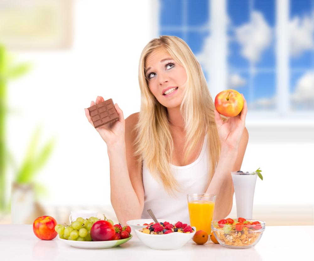 12 סוגי מזון שמסייעים להורדת רמות הכולסטרול בדם - אשה שמתלבטת מה לאכול