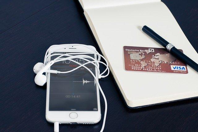 שיווק שותפים - תמונת אווירה של כרטיס אשראי ליד סמארטפון