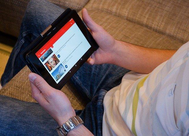 שיטת קאשטיוב - תמונה להמחשה בלבד של אדם המחזיק סמארטפון וצופה בפלייליסט של יוטיוב